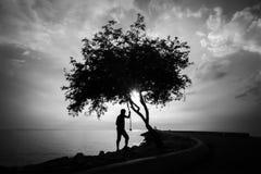 Silhourtte van de Eenzame mens die aan het overzees kijkt Royalty-vrije Stock Foto's
