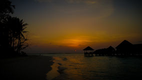 Silhoutte de coucher du soleil des pavillons et des palmiers Photographie stock libre de droits