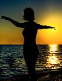 Silhoutte de la puesta del sol de un bailarín hermoso fotos de archivo