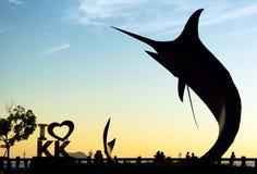 Silhoutte de Marlin Fish et moi aiment le point de repère de KK en Kota Kinabalu Photographie stock