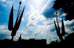 Silhoutte del Buckingham Palace sotto un cielo nuvoloso ma soleggiato Immagini Stock Libere da Diritti