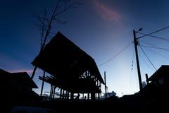 Silhoutte della casa di legno in costruzione Fotografie Stock