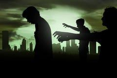 Silhoutte des Zombiegehens Stockbild