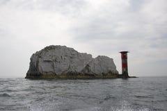 Silhoutte igły latarni morskiej wyspa Wight i pisze kredą skałę fotografia royalty free