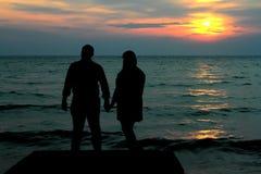 Silhoutten av par på bryggan Arkivfoton