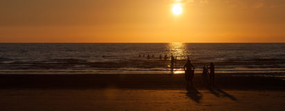 Silhouttes на пляже Стоковые Фото