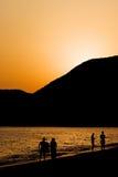 Silhouttes de gens sur une plage Image libre de droits