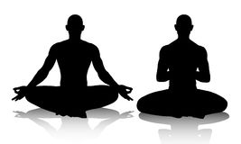 Silhouttes de los hombres que practican yoga en la posición de loto Fotografía de archivo