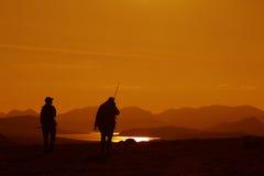 Silhouttes de los pescadores foto de archivo