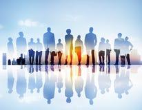 Silhouttes dos executivos que olham acima em uma arquitetura da cidade Imagem de Stock
