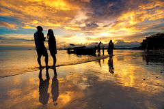 Silhueate van mensen met zonsondergangachtergrond Stock Afbeeldingen