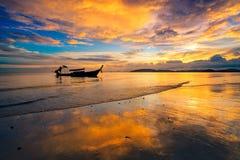 Silhueate van reisboot met zonsondergangachtergrond Stock Afbeeldingen