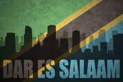 Silhueta abstrata da cidade com texto Dar es Salaam na bandeira do tanzaniano do vintage Imagem de Stock Royalty Free