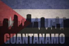 Silhueta abstrata da cidade com texto Guantanamo na bandeira do cubano do vintage ilustração stock