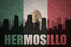 Silhueta abstrata da cidade com texto Hermosillo na bandeira mexicana do vintage Fotografia de Stock