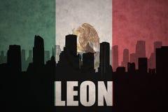 Silhueta abstrata da cidade com texto Leon na bandeira mexicana do vintage Foto de Stock
