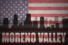 Silhueta abstrata da cidade com texto Moreno Valley na bandeira americana do vintage imagens de stock royalty free