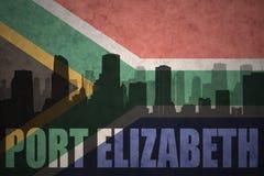 Silhueta abstrata da cidade com texto Port Elizabeth na bandeira de África do Sul do vintage ilustração do vetor