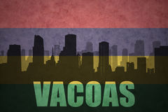 Silhueta abstrata da cidade com texto Vacoas na bandeira de Maurícia do vintage foto de stock royalty free