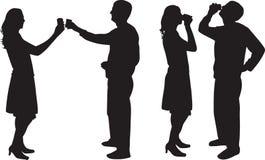 Silhueta bebendo do homem e da mulher   ilustração royalty free