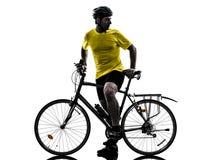 Silhueta bicycling do Mountain bike do homem Imagens de Stock