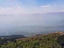 Silhueta bonita da montanha na névoa com baixos montes fotografia de stock