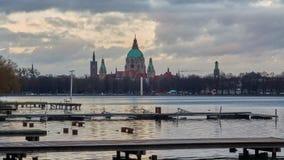 Silhueta bonita de nivelar Hanover e o lago artificial enorme Maschsee lapso de tempo 4K video estoque