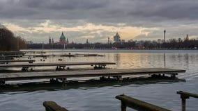 Silhueta bonita de nivelar Hanover e o lago artificial enorme Maschsee lapso de tempo 4K vídeos de arquivo