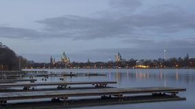 Silhueta bonita de nivelar Hanover e o lago artificial enorme Maschsee lapso de tempo 4K filme
