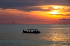 Silhueta bonita do por do sol e do barco de pesca Imagens de Stock Royalty Free