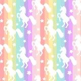 Silhueta branca bonito dos unicórnios na ilustração sem emenda do fundo do teste padrão das listras coloridas do arco-íris Fotografia de Stock