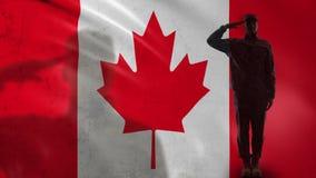 Silhueta canadense do soldado que sauda contra a bandeira nacional, reforma do sargento de exército filme