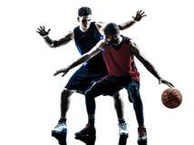 Silhueta caucasiano e africana do homem dos jogadores de basquetebol Fotos de Stock