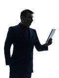 Silhueta chocada surisped do homem de negócio tabuleta digital Foto de Stock