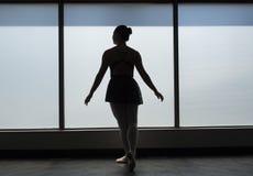 Silhueta clássica do dançarino de bailado da posição Foto de Stock
