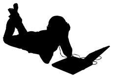 Silhueta com o trajeto de grampeamento da mulher com portátil e auscultadores Imagens de Stock Royalty Free