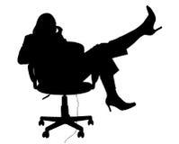 Silhueta com o trajeto de grampeamento da mulher na cadeira no telefone foto de stock