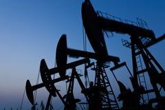 Silhueta da bomba de óleo imagem de stock royalty free