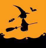 Silhueta da bruxa do voo na laranja Fotografia de Stock