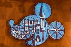 Silhueta da cabeça de Mickey com os desenhos do parque temático em Orlando International Airport imagens de stock