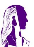 Silhueta da cabeça da mulher Perfil de uma moça bonita com cabelo longo Ilustração roxa e branca do vetor Conceito da forma Fotos de Stock