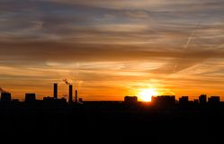 Silhueta da cidade no fundo do por do sol Foto de Stock