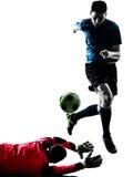 Silhueta da competição do goleiros do jogador de futebol de dois homens fotos de stock royalty free