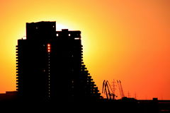 A silhueta da construção e do porto cranes na cidade no por do sol, Ucrânia de Dnepr Foto de Stock