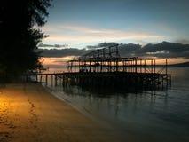 Silhueta da construção nova na costa da ilha do kri Fotografia de Stock