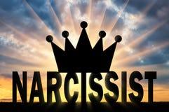A silhueta da coroa grande encontra-se no Narcissist da palavra ilustração do vetor