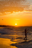 Silhueta da criança no por do sol Fotos de Stock Royalty Free