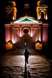 Silhueta da criança que corre na igreja Fotografia de Stock Royalty Free
