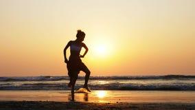 Silhueta da dança da moça no por do sol no movimento lento vídeos de arquivo