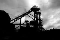 Silhueta da engrenagem de enrolamento na cabeça de poço da mineração Fotos de Stock Royalty Free